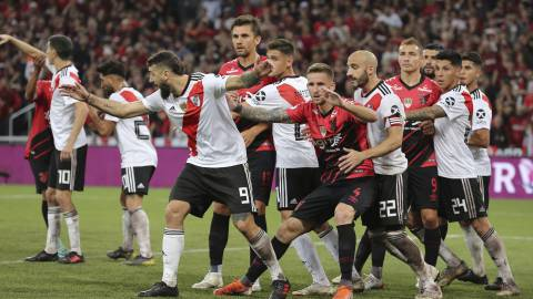 Soccer players of Argentina's River Plate and Brazil's Atletico Paranaense take position before a corner kick during a Recopa Sudamericana first leg final soccer match in Curitiba, Brazil, Wednesday, May 22, 2019. (AP Photo/Giuliano Gomes)